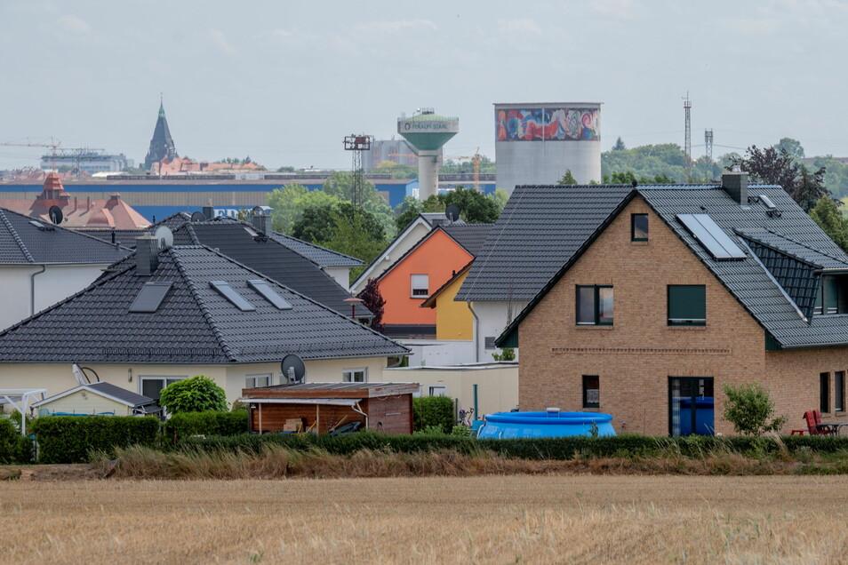 Der Wohnungsbau an den Stadträndern und auf dem Dorf gewinnt auch im Landkreis Meißen an Fahrt. Hier das beliebte Riesaer Wohngebiet Am Kalkberg.