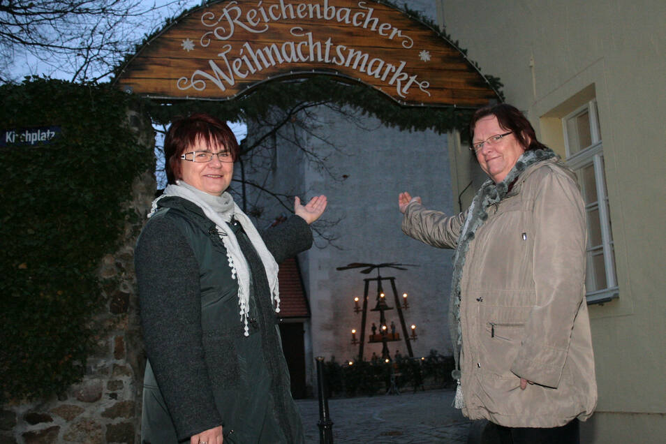 Die Initiatoren des Reichenbacher Adventskalenders Margit Neugebauer und Monika Krause am Eingang zum Reichenbacher Weihnachtsmarkt. Den Kalender gibt es dieses Jahr nicht. Das Foto stammt aus dem Jahr 2011.