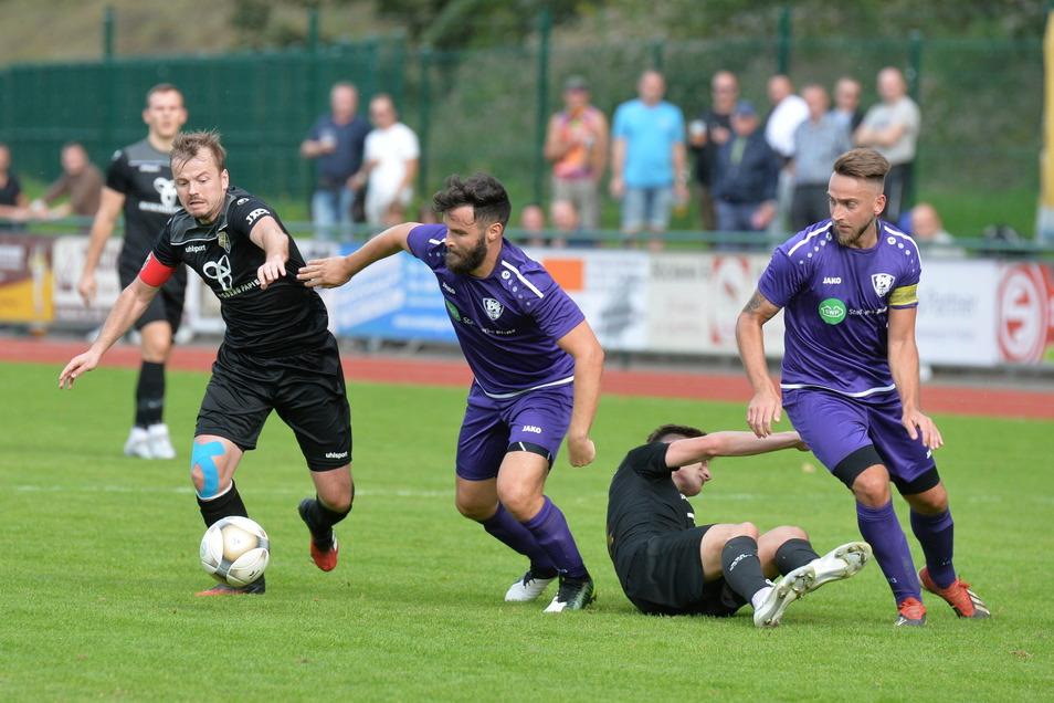 Kapitän Tim Baumann (r.) verlässt den VfL. Freitals Spielführer Marian Weinhold (l.) will in die NOFV-Oberliga.