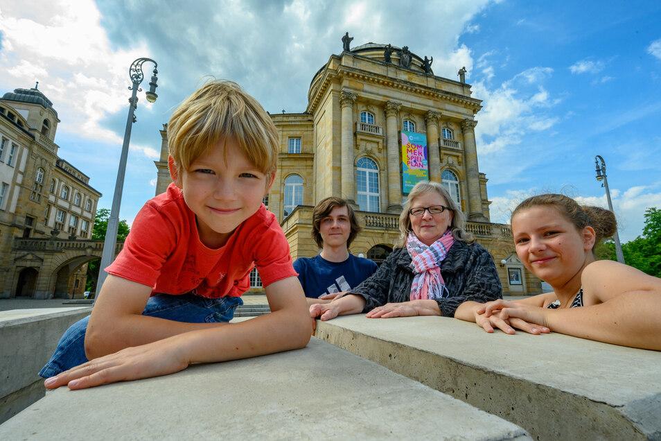 """Claudia Bothe ist für ihre Enkel die """"Oma für Kunst und Kultur"""". Sie geht mit ihnen gern in die Oper in Chemnitz – und wünscht sich weniger Arbeit und mehr Zeit für sie."""