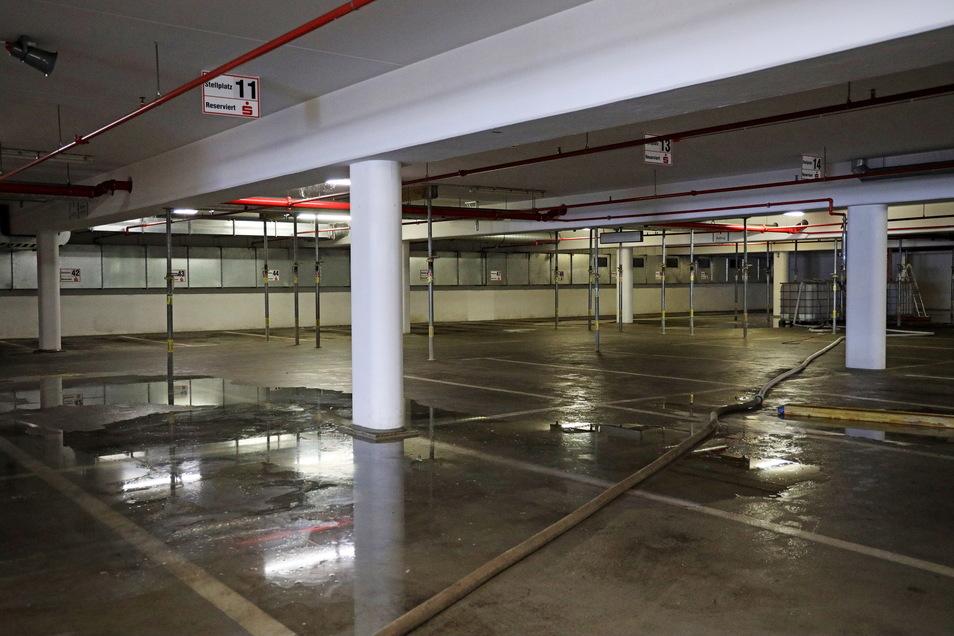 Im unteren Parkdeck landet Wasser, das bei der Sanierung der Zwischendecke von oben durchdrückt.