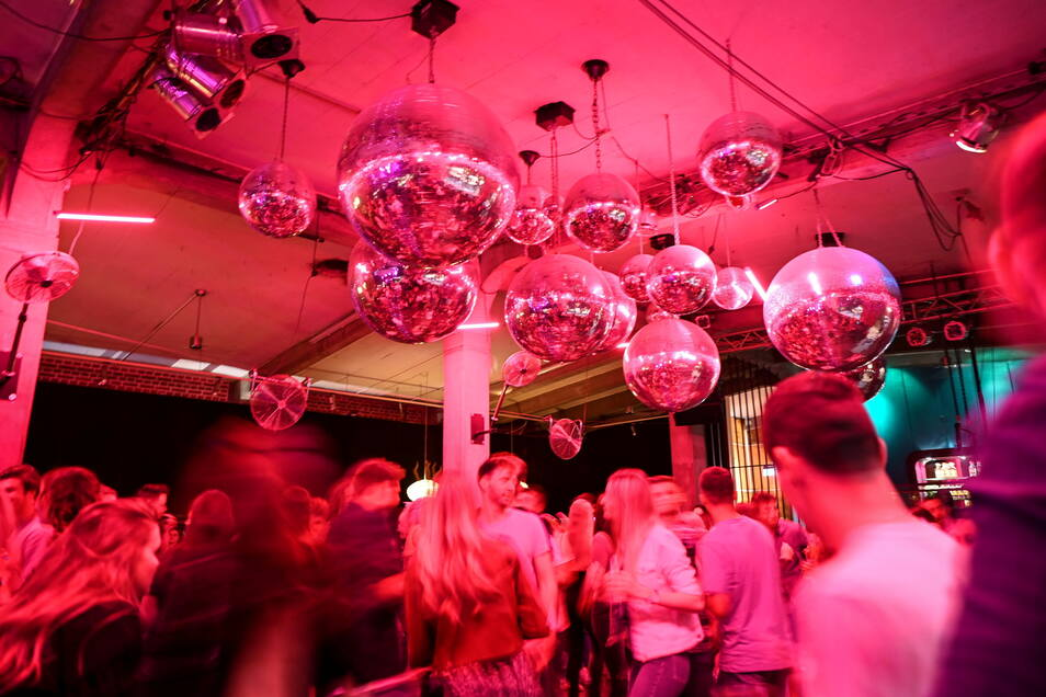 Nachdem für Nachtclubs und Diskotheken verschärfte Regeln gelten, gehen die Corona-Infektionen zurück.