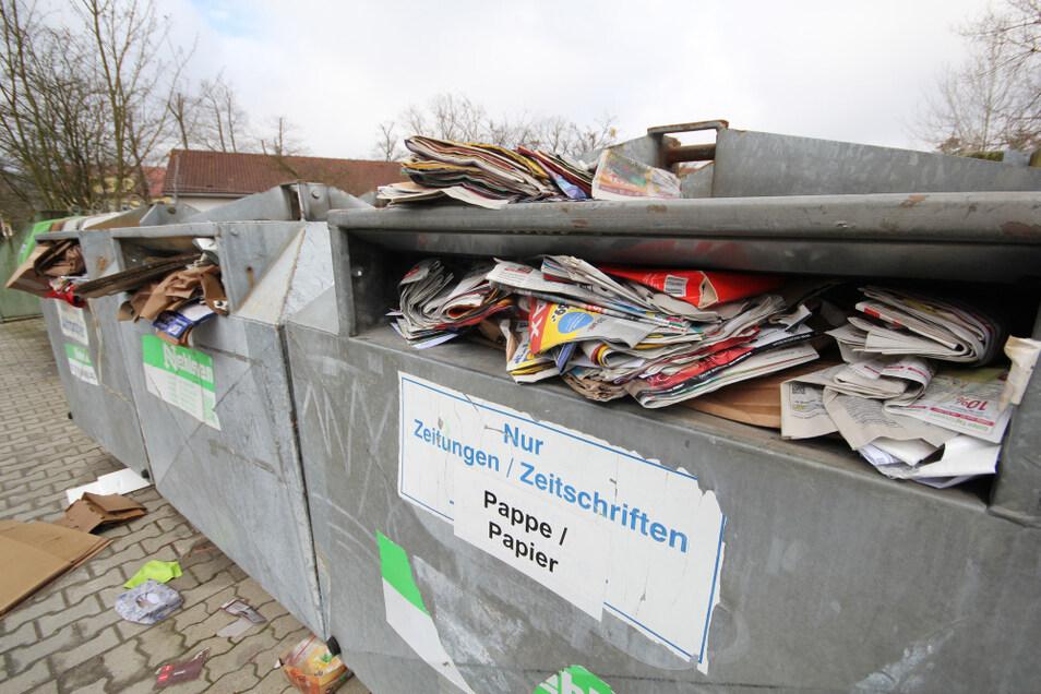 Selbst in die Zeitungs-Container am Laubuscher Sportplatz passte kein Blatt Papier mehr.