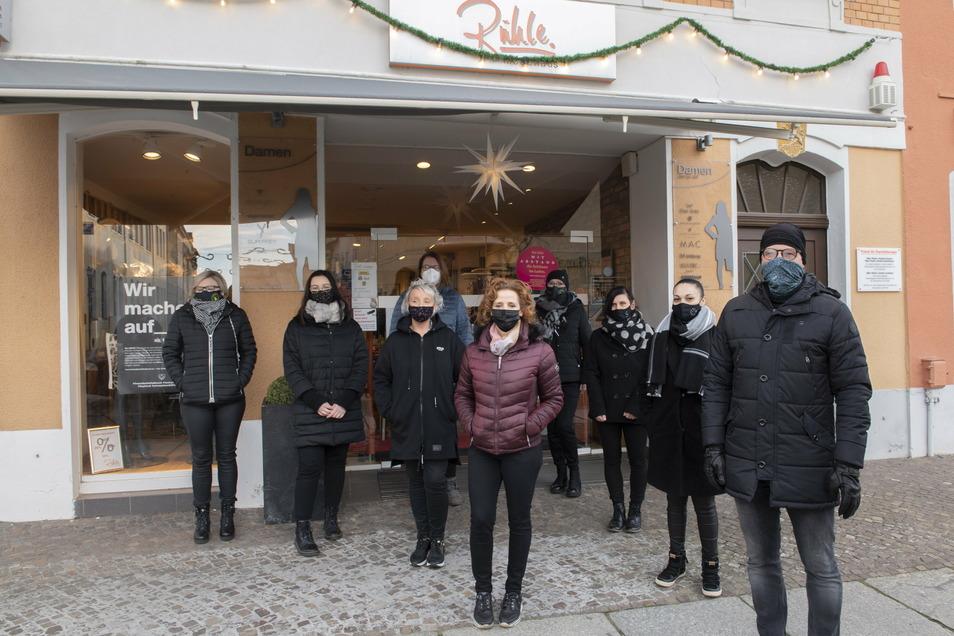 Ronny Rühle (vorn rechts) und seine Belegschaft. Der Unternehmer mahnt seit Wochen, die Einzelhändler nicht im Stich zu lassen.