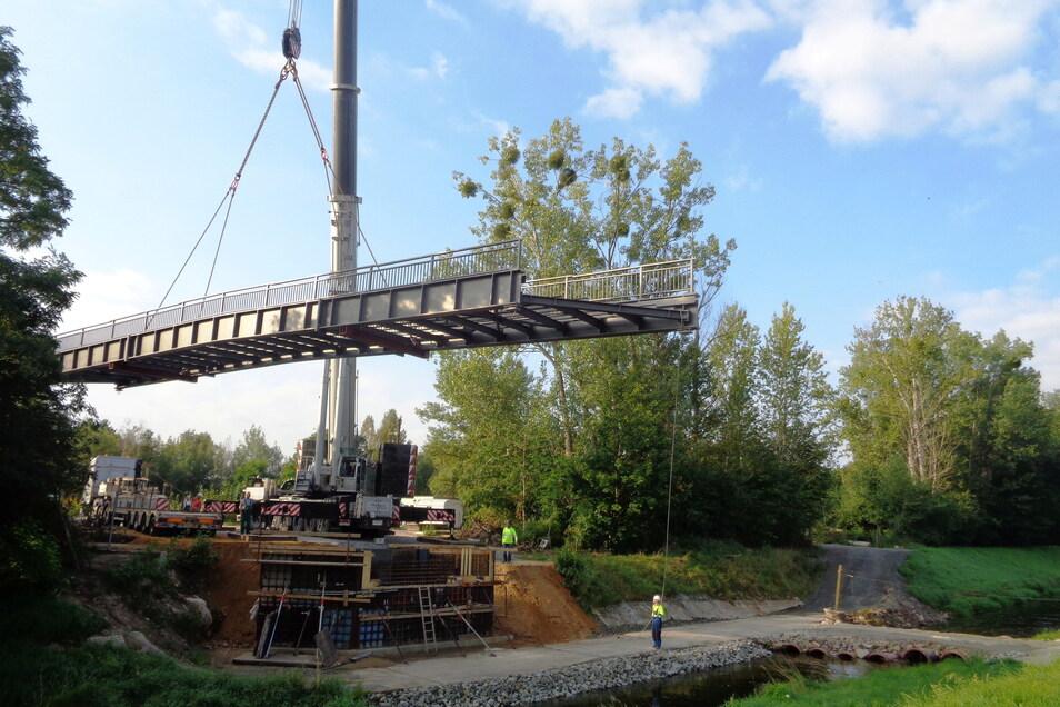 Ein Moment fürs Geschichtsbuch: Am Dienstag schwebte die neue Brücke über den Röderneugraben ein.