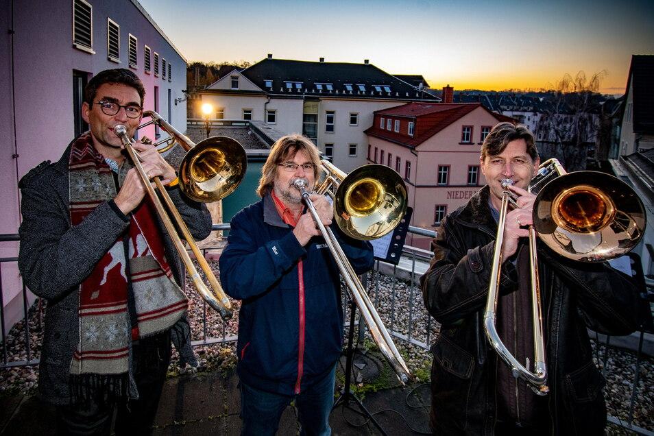 Die Posaunisten Stefan Zieger (von links), Joachim Gelsdorf und Peter Bruckner haben am Montag auf dem Balkon des Theaters gespielt.