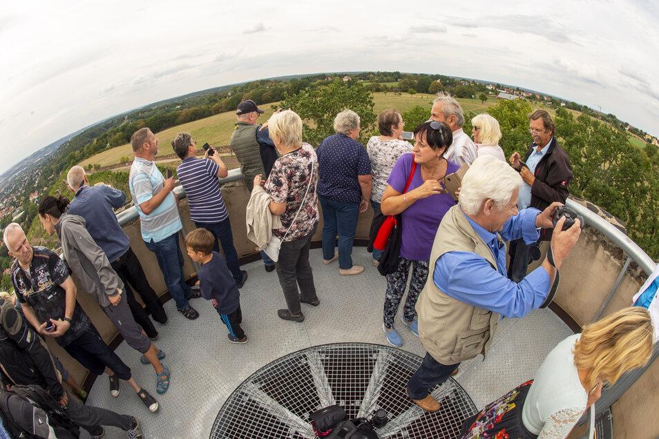 Der schöne weite Ausblick vom Radebeuler Bismarckturm ins Land – nach Süden bis in die Sächsische Schweiz, Richtung Norden mindestens bis Schloss Moritzburg.