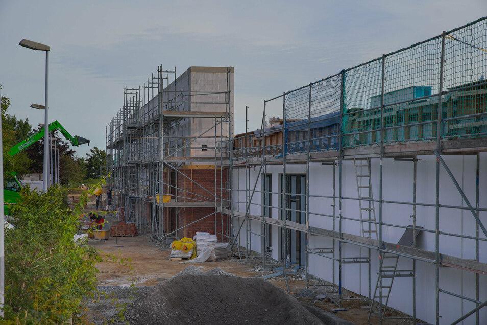 Die neue Fassade am Eingang des Centers steht bereits. Sie wird jetzt mit Klinkersteinen verkleidet.