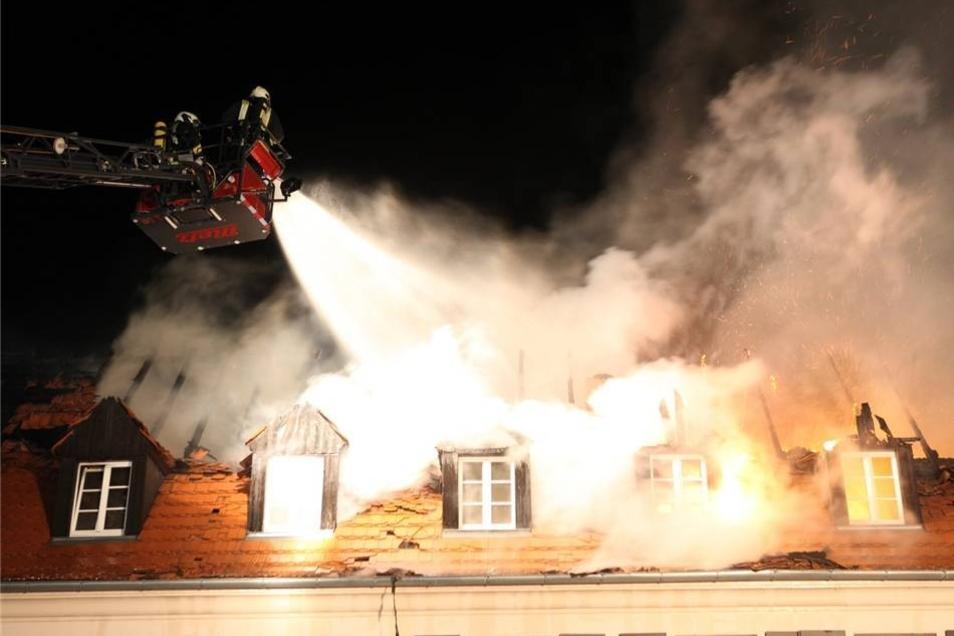 Bei den Löscharbeiten wurden zwei Feuerwehrmänner leicht verletzt.