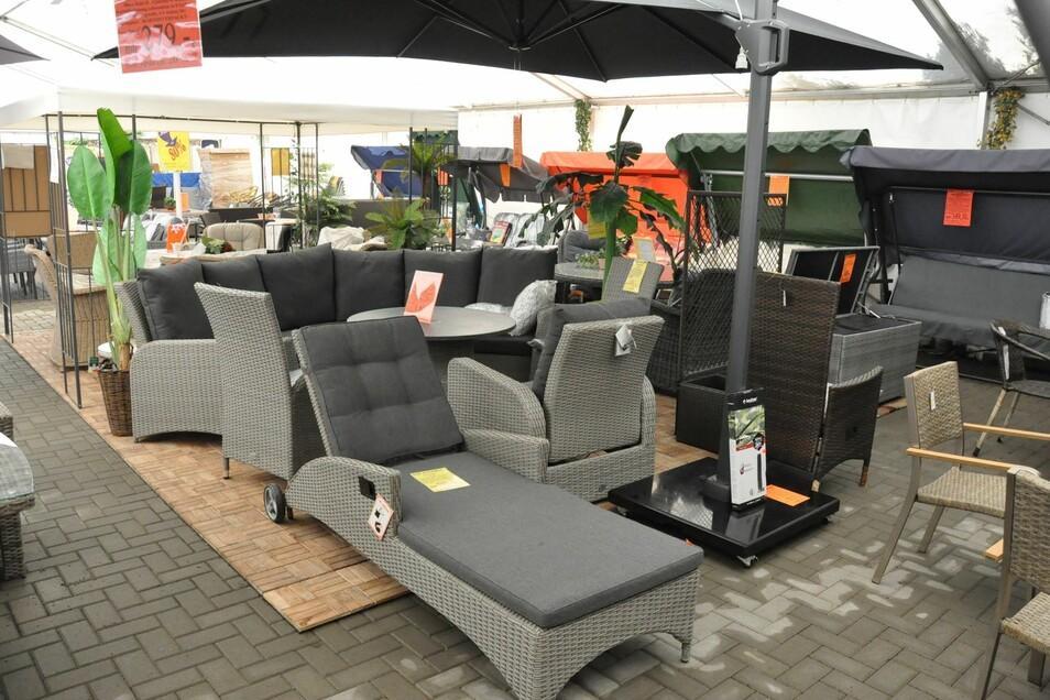 Impressionen aus dem Ausstellungszelt mit Sitzgelegenheiten für die Terrasse, Balkon oder Rasen.