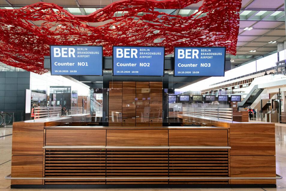 Check-in-Schalter im Terminal 1 des neuen Flughafens Berlin Brandenburg Willy Brandt (BER).