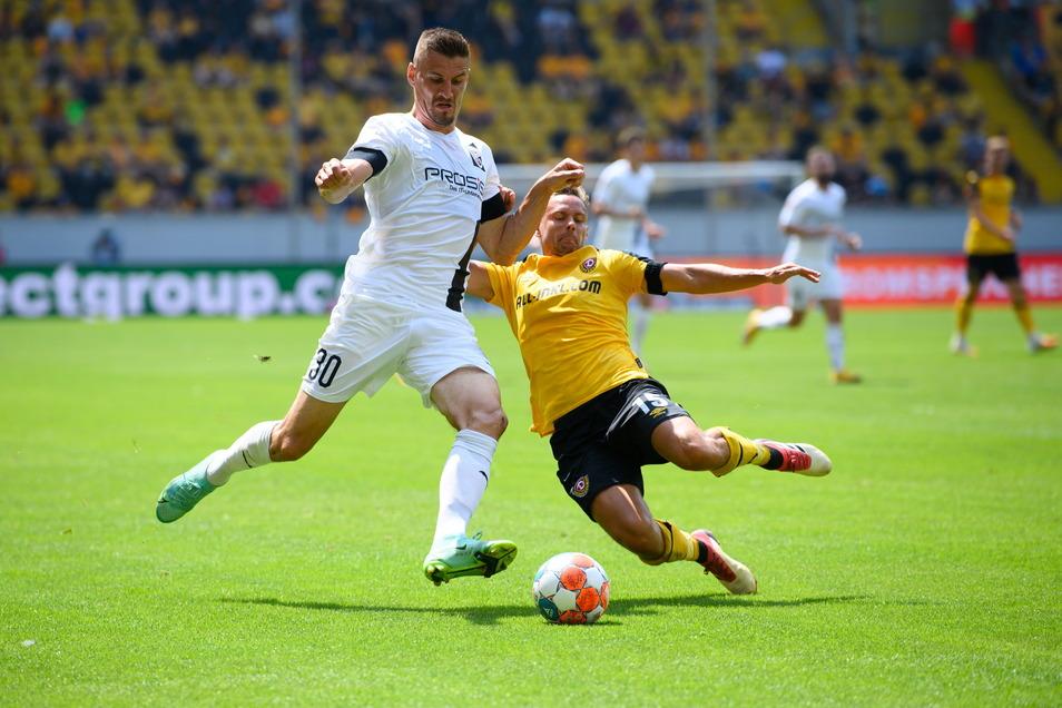 Mit hohem Einsatz wie hier Chris Löwe (r) gegen Stefan Kutschke, den Dresdner bei Ingolstadt, beeindruckt Dynamo den Gegner von der ersten Minute an.