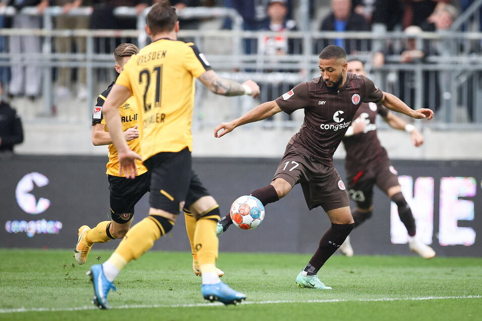 St. Paulis Daniel-Kofi Kyereh, Michael Sollbauer und Julius Kade kämpfen um den Ball.