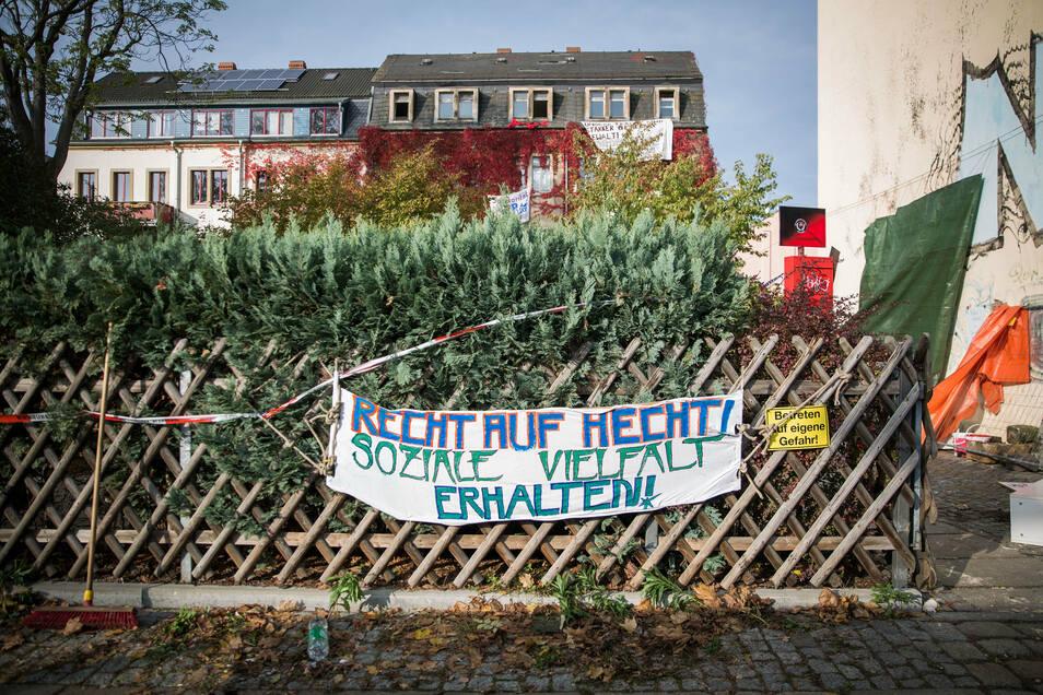 Im besetzten Mietshaus wollten die Jugendlichen Wohnungen für Menschen einrichten, die mit der Mietpreisentwicklung in Dresden nicht mithalten können oder auf dem Wohnungsmarkt diskriminiert werden.