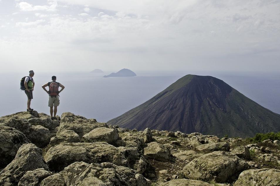 Die Mühen des Aufstiegs sind bei solch einer Aussicht schnell vergessen. Hier der Blick vom Monte Fossa auf Filicudi und Alcudi.