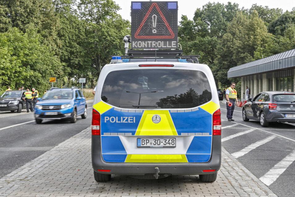 Eine Polizeikontrolle am Grenzübergang in der Friedensstraße in Zittau, als es noch keine Maskenpflicht gab. Jetzt ist das anders.