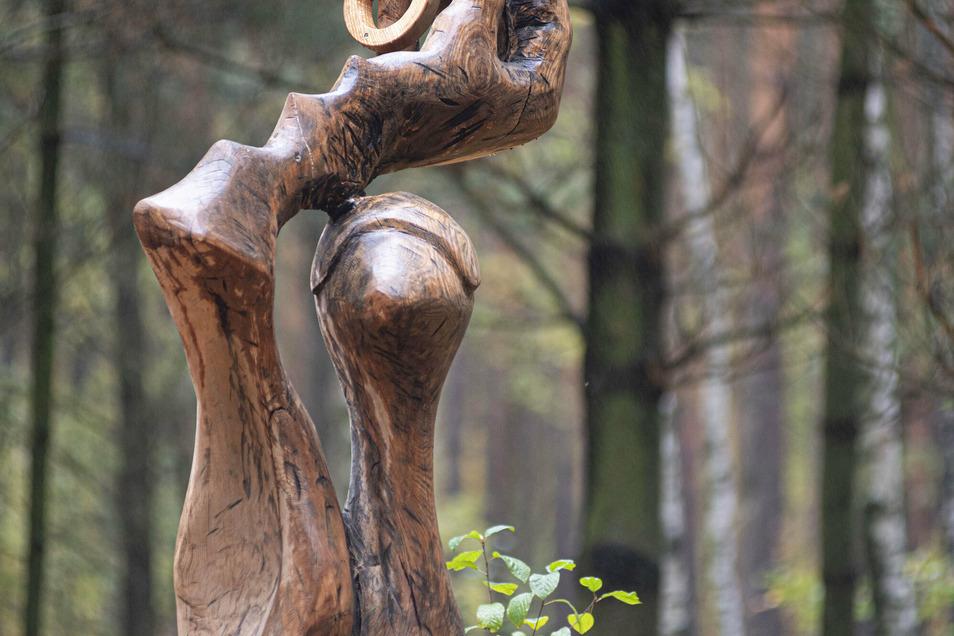 Eine Holzstele von den Nebelschützer Bildhauertagen schmückt den Andachtsplatz. André Ransch ergänzte in Erinnerung an Lessing, den berühmtesten Sohn der Stadt, die drei Ringe aus Ringparabel.