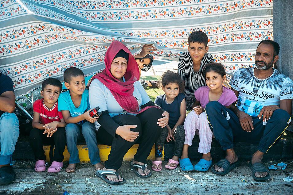 Wafaa, 35, aus dem Libanon, mit ihren sechs Kindern und ihrem Mann