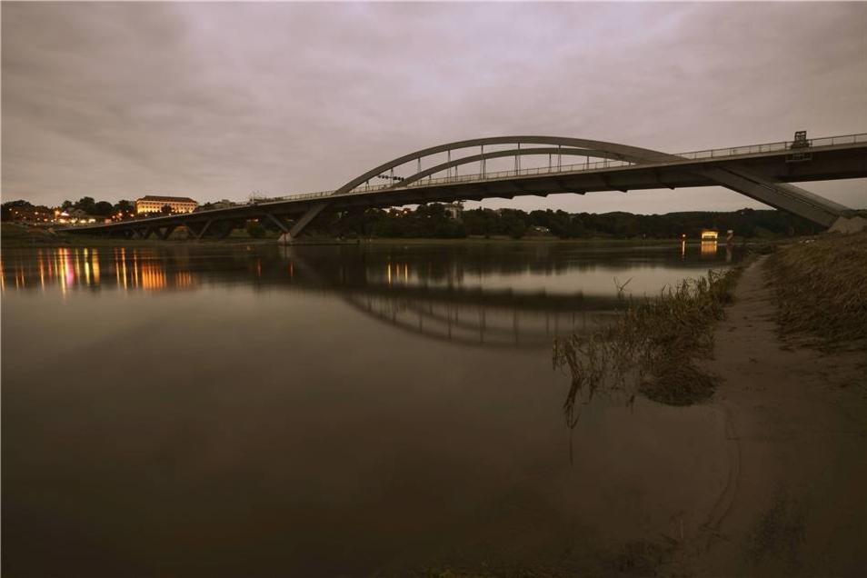 """Aberkennung Weltkulturerbe im Juni 2009  Im Juni 2009 hat die UNESCO dem Dresdner Elbtal wegen des Baus der Waldschlößchenbrücke den Titel """"UNESCO-Welterbe"""" aberkannt."""