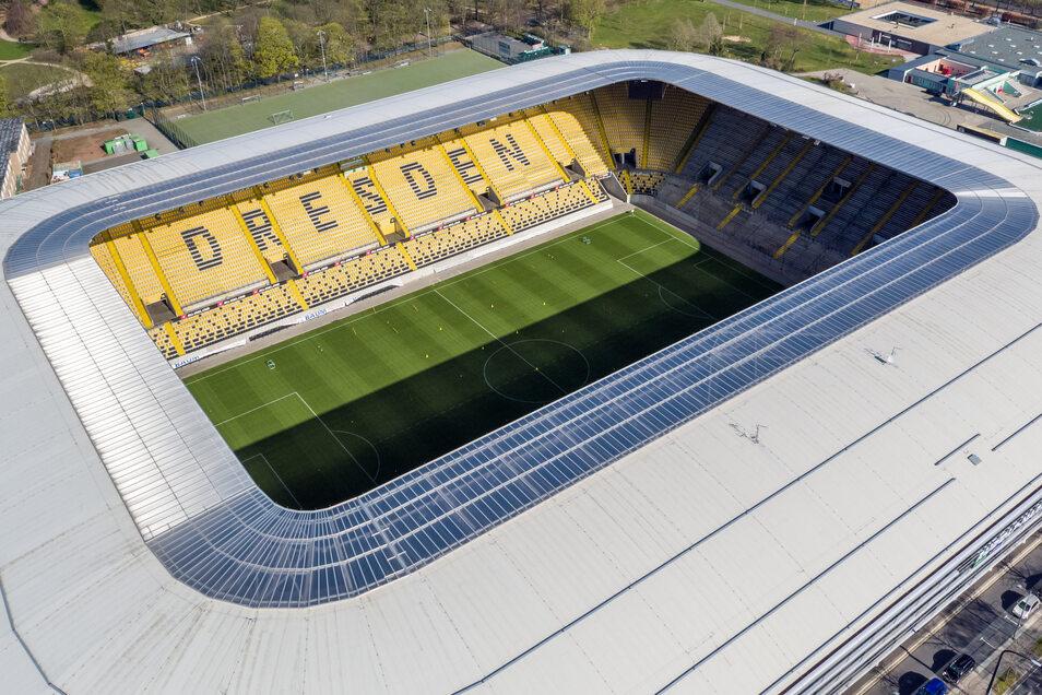 Die Tribünen leer, das Spielfeld im Rudolf-Harbig-Stadion aber nicht. Dynamo Dresden trainiert dort inzwischen wieder regelmäßig. Und im Mai soll dann auch die Saison fortgesetzt werden - ohne Fans.