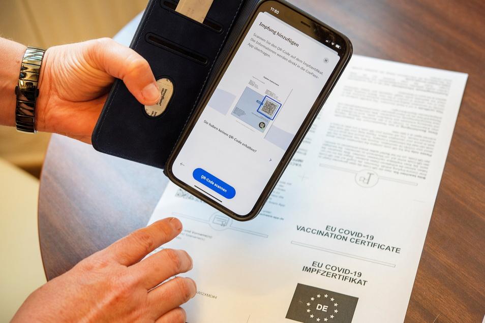 Die begehrten Daten gibt es als Nachweis nun im eigenen Handy: Großenhains Apotheken haben sich darauf eingestellt, dass Kunden ihre Daten vom Papier übertragen lassen wollen.