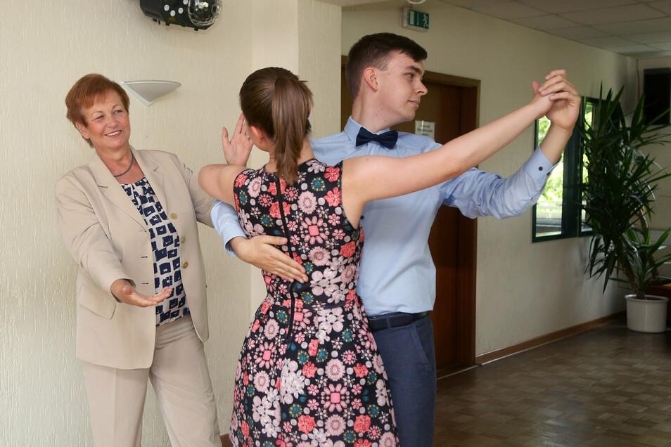 Jugendlichen, wie hier Anika Weinhold und Florian Futschik vom Werner-Heisenberg-Gymnasium, das Tanzen beizubringen, war Dorit Graf ein besonderes Anliegen.