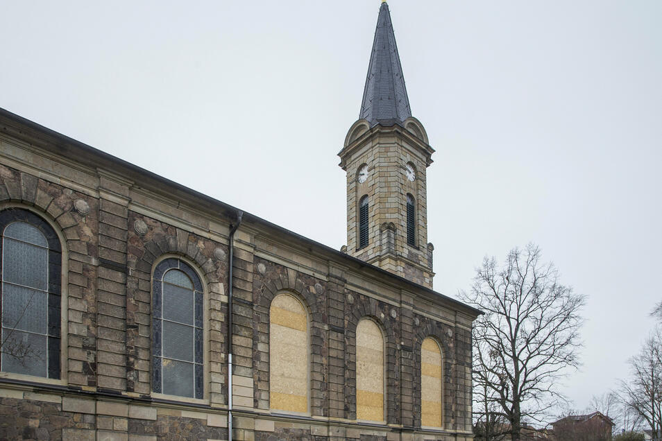 Drei Fenster der Emmaus-Kirche in Potschappel wurden zerstört. Sie sind jetzt mit Holzplatten verschlossen.
