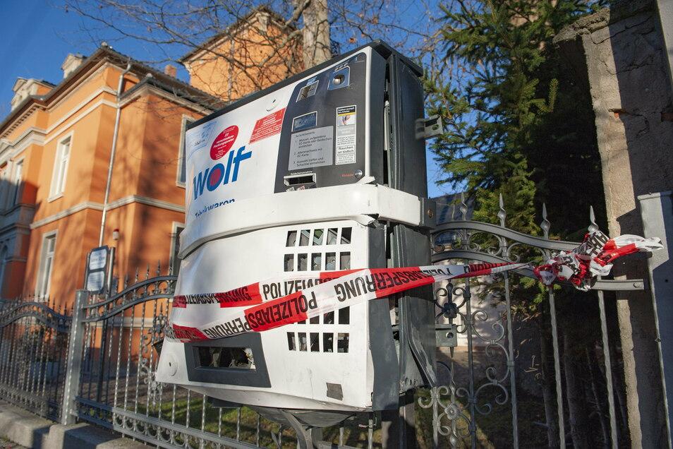 Gesprengter Zigarettenautomat an der Bahnhofsstraße am Tag nach der 2020er Neujahrsnacht.