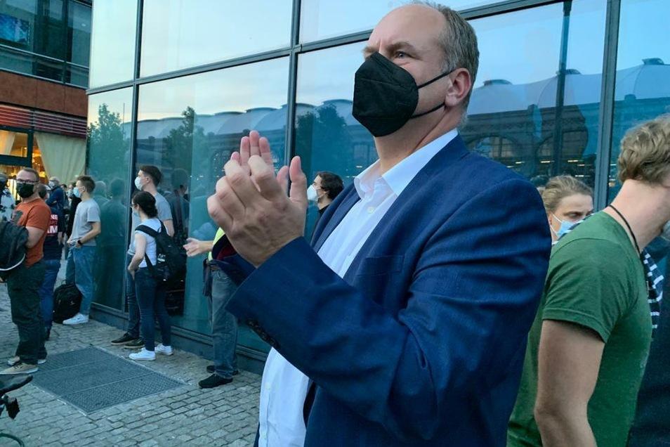 OB Dirk Hilbert klatscht als Protest gegen Höckes Auftritt.