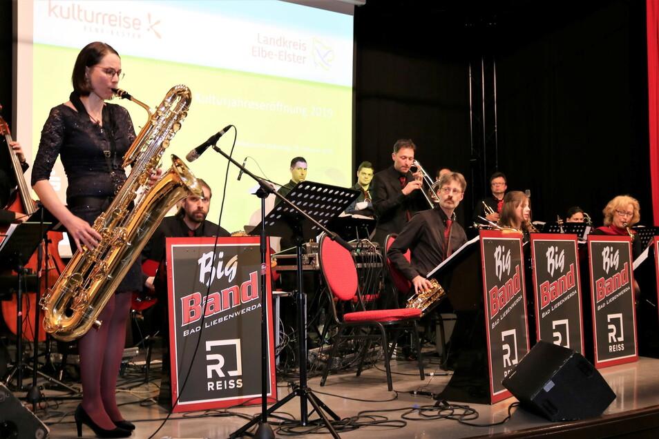 Miriam Kreher (vorn) ist musikalische Leiterin der Big Band Bad Liebenwerda.