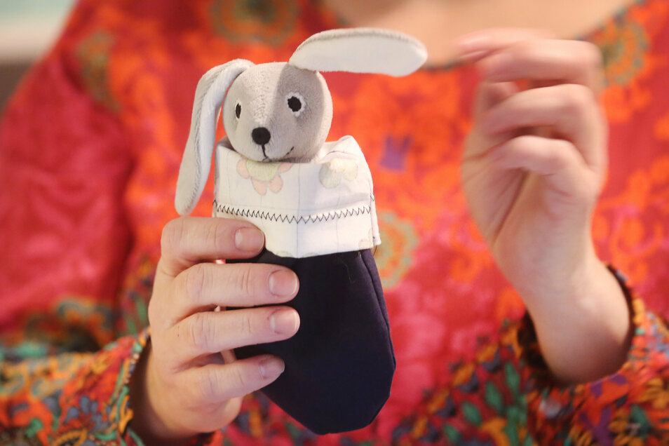 Ein Stofftier steckt in einem gespendeten Doppelstoffbeutel. Diese Beutel wurden nach den Buschbränden in Australien für verletzte Koalas benötigt. Australische Hilfsorganisationen werden nun mit Spenden überhäuft.