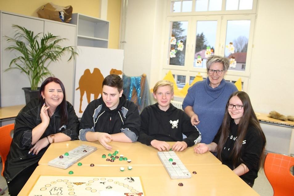 Molly, Ben, Rene, Lehrerin Gabriele Kube und Alina (v.l.n.r.) hatten für die Besucher Mitmachangebote in Form von nachgebauten alten ägyptischen Spielen vorbereitet.