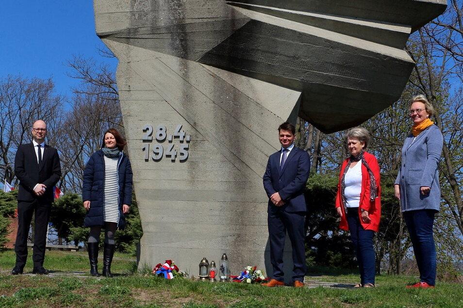 Dawid Statnik, Diana Schäfer, Marko Kliman, Zala Ziesch und Katharina Jurk (v. l.) nahmen an der Ehrung am Denkmal in Crostwitz teil