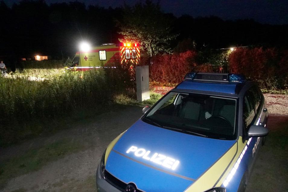 """Rettungsdienst, Notarzt und Polizei waren  in die Kleingartensparte """"Fuchsbau""""  in Copitz gerufen worden. Dort stießen sie auf einen Schwerverletzten - und viele Rätsel."""