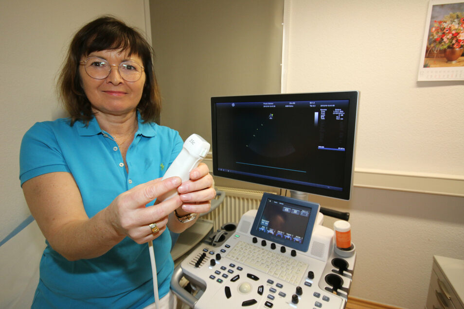 Wenn Kardiologin Jenny Gärtner nicht im Klinikum Döbeln am OP-Tisch steht und Herzschrittmacher implantiert, dann kümmert sie sich seit 20 Jahren in ihrer Leisniger Praxis um Patienten mit Herzproblemen.