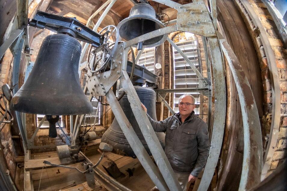 Christoph Leubner ist der Vorsteher der Brüdergemeine Niesky. Er zeigt den Glockenstuhl im Turm der Brüderkirche am Zinzendorfplatz. Dieser muss komplett erneuert werden.