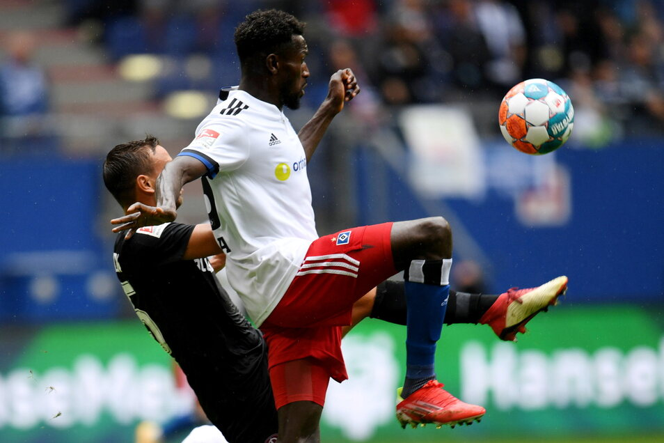 Dresdens Chris Löwe kämpft mit Hamburgs Bakery Jatta um den Ball. Dynamo liegt 0:1 zurück.