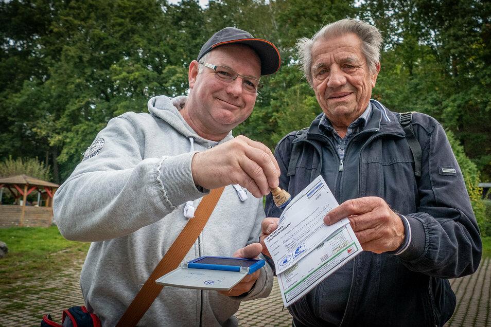 Andreas Wartig und Erwin Weiß haben sich auf der Strecke von Waldheim nach Döbeln kennengelernt und wanderten zusammen.