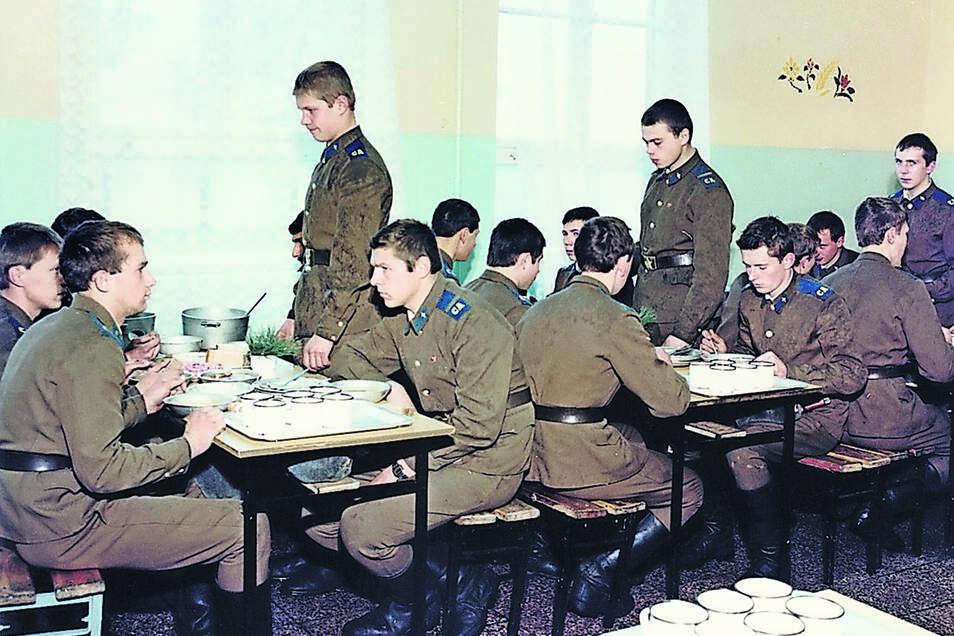 In der Mannschaftskantine: Hier speisen die einfachen Soldaten aus Blechgeschirr. Jeder hatte seine eigene Tasse. Zu essen gab es in etwa abwechselnd drei einfache Menüs.