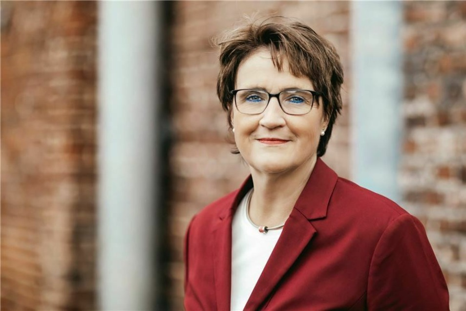 Sabina Müller (SPD) ist 52 Jahre alt, hat drei Kinder und lebt in Fröndenberg. Im November 2020 übernahm sie das Amt der Bürgermeisterin von ihrem Vorgänger Friedrich-Wilhelm Rebbe (SPD), der seit 2009 Stadtoberhaupt war und nicht mehr antrat.