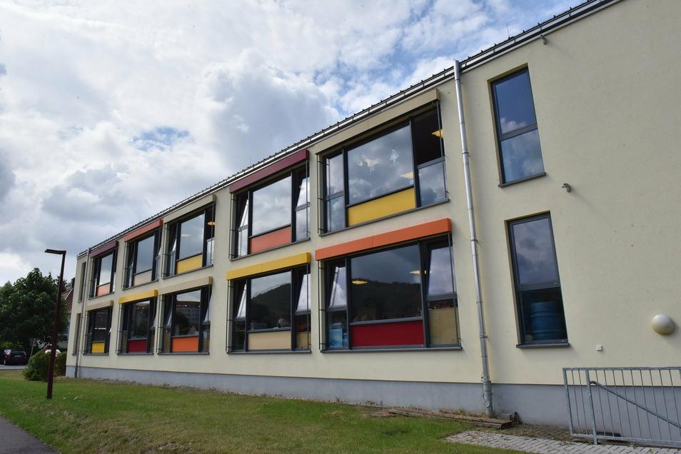 """Farbenfroh mit großen Fenstern: Der Hort der """"Geschwister Scholl""""-Grundschule ist ein freundlicher Ort."""