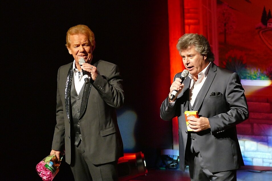 """Zur Einstimmung auf den Auftritt des Duos Judith & Mel sangen Mel und Stadlfest-Gastgeber Andy Borg den Titel """"Sie waren Freunde""""."""