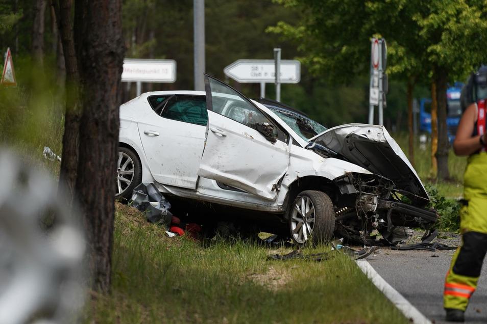 Der Seat wurde bei dem Zusammenprall von der Straße geschleudert, der Fahrer kam mit schweren Verletzungen ins Krankenhaus.