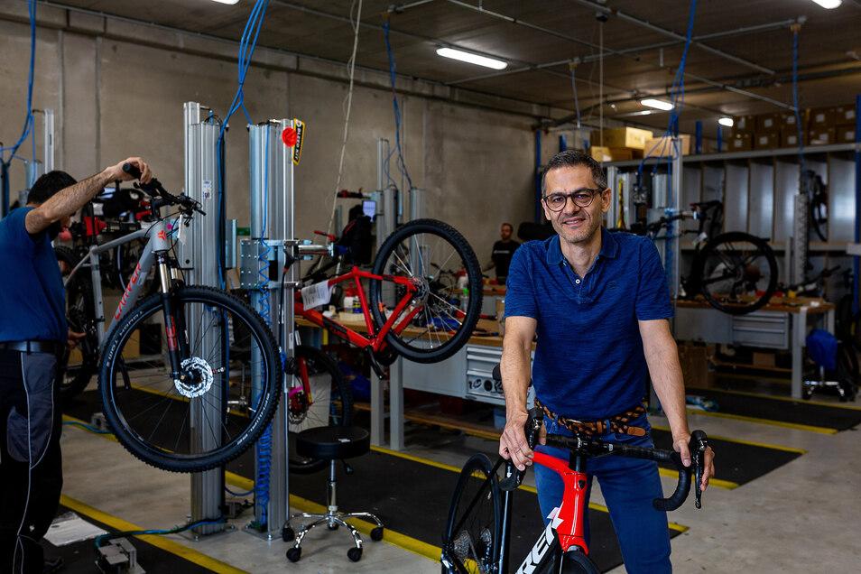 """""""Wir haben von Corona profitiert."""" Hamidreza Ameli, 48, Chef bei Fahrrad XXL Emporon, braucht dringend mehr Platz."""