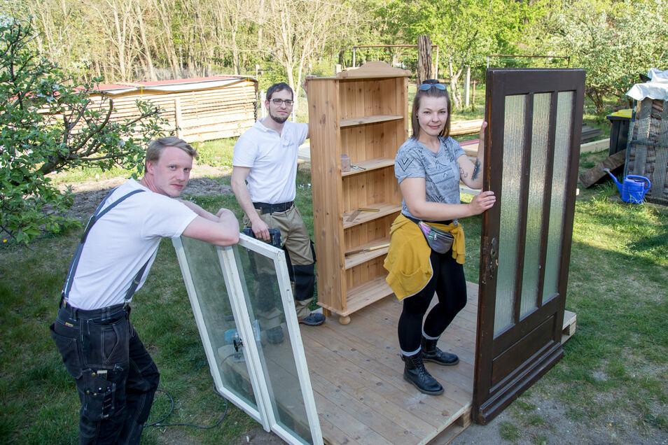 In den vergangenen Wochen haben Aicko Kopke, Martin Schröter und Laura Rose (v.l.) die KostNixBox in Petershain schon mal aufgebaut. Am Sonnabend entsteht sie dauerhaft neben dem Museum am Nieskyer Zinzendorfplatz.