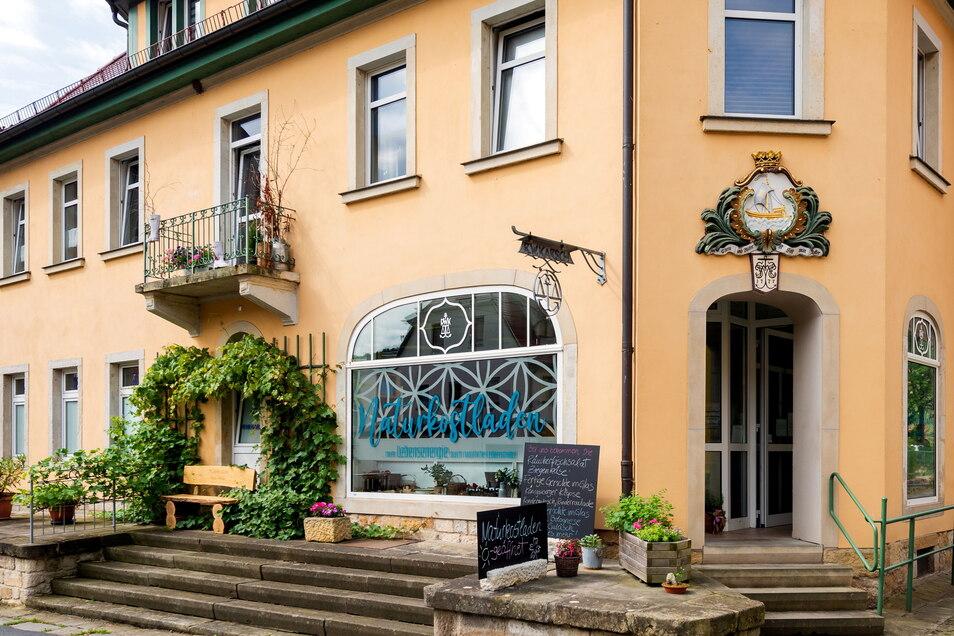 Familie Karsch hat hier in der Rosenstraße 1 in Stadt Wehlen über Generationen einen Lebensmittelladen betrieben. Jetzt ist hier wieder neues Leben.