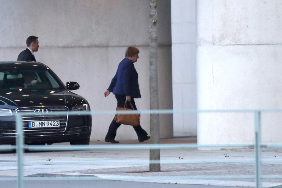 Bundeskanzlerin Angela Merkel (CDU) trifft am Bundeskanzleramt ein.