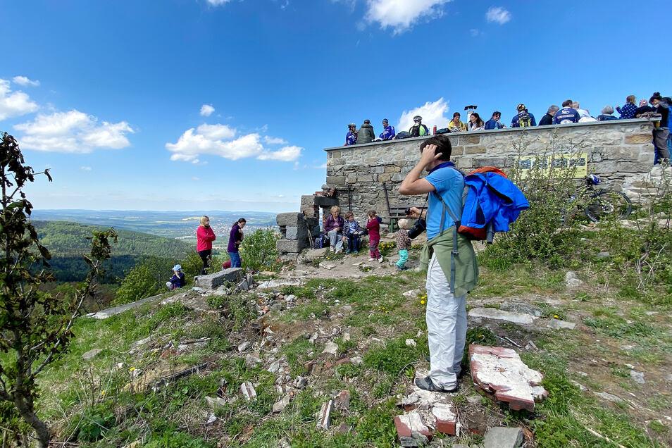 Auf dem Gipfel der Lausche in Waltersdorf gab es vor zwei Wochen ein deutsch-tschechisches Gipfeltreffen. Etwa 200 Wanderer, aber auch Mountainbiker, genossen bei Sonnenschein die Aussicht vom 793 Meter hohen Berg.
