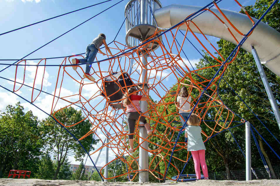 Der Seilzirkus steht bereits auf dem neuen Spielplatz im Bautzener Stadtteil Gesundbrunnen. Kinder aus dem benachbarten Mehrgenerationenhaus sind schon vor der Eröffnung begeistert.