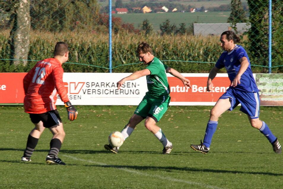 Mochaus Torjäger Sebastian Gasch ist Andreas Fricke entwischt und kommt zum Torschuss. Gleisbergs Torhüter Hannes Hofmann muss aber nicht eingreifen.